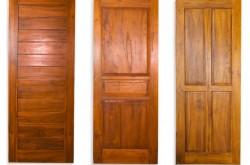 Чем хороши двери из сосны?